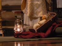 La lumière de Bethléem brille à côté de l'enfant Jésus