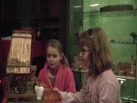 6deux enfants préparent la crèche