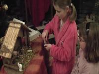 deux enfants préparent la crèche