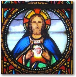 Fresnicourt le Dolmen, église Notre Dame, vitrail du choeur. Le Christ montrant son Sacré Coeur