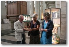 MrsFiana Crinall et Mrs Kemp remettant l'ange doré à Michel Tillie.