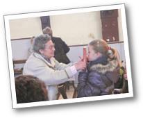 Les enfants embrassent l'Evangile...