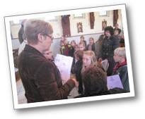 Les enfants reçoivent leurs carnets de route des mains d'Andréa Allart