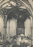 Noeux-les-Mines, église St Martin - juste après le bombardement. Le plafond est percé par l'obus, le mobilier est broyé
