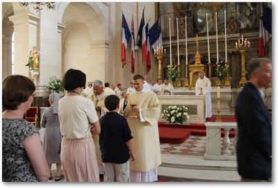 Gilles distribue la communion dans la cathédrale St Louis des Invalides