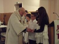 l'abbé Paul donne la communion