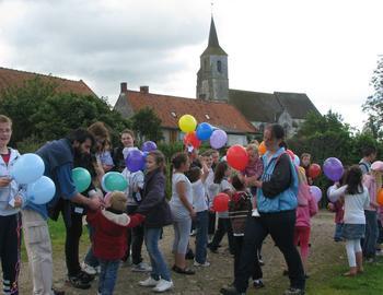 15- Distribution des ballons aux enfants.jpg