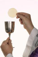 katholischer Priester bei der Kommunion im Gottesd