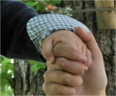 tenir enfant main