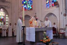 Monseigneur Jaeger, assisté des abbés Jean-Claude