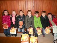 Les enfants reçoivent le Nouveau Testament