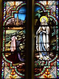 Noeux-les-Mines, église St Martin, grande verrière droite du choeur : La Vierge Marie apparaît à Ste Bernadette Soubirous