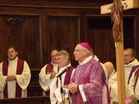Mgr Jaeger, à côté du cousin de Michel Becquart, prêtre dans le diocèse d'Amiens.