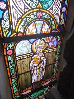 Noeux-les-Mines, église St Martin, vitrail de St Eloi (derrière la tribune droite)