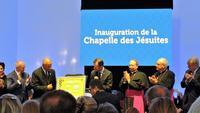 Jesuites,  Devant La plaque commemorative de la ch