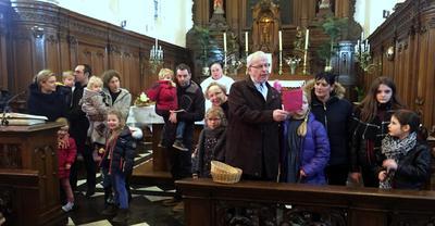 Les enfants autour de l'autel