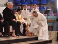 Père Nicolas refait les mêmes gestes que le Christ