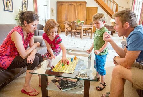 enfants qui jouent avec les parents (002)