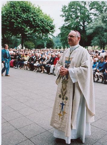 Eveque à Lourdes juin 2006