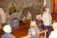 La crèche de la chapelle du Prado à Lyon On voit une peinture de Benoît Labre