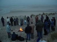 Le groupe oecuménique se rassemble au petit matin sur la plage pour céébrer le Christ ressuscité -2006-
