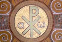 alpha et oméga, à gauche et à droitre. Au centre le chrisme formé des lettres X et P (en fait: chi et rô pour début de Christ.