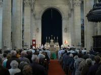 fidèles laïcs et prêtres autour de l'évêque