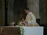 Un diacre prépare les offrandes pour l'eucharistie