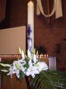 Le cierge pascal symbolise la lumière qui nous éclaire et nous montre le chemin