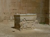 L'emplacement de l'autel indique le le célébrant se trouvait face à l'assemblée et non de dos