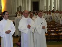 Ordinands et prêtres prennent place