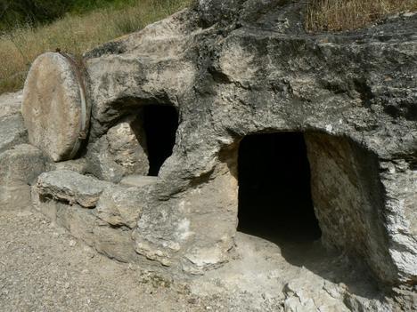 La pierre pour sceller l'entrée; Deux chambres