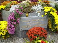 Plaque commémorative très fleurie pour l'inauguration
