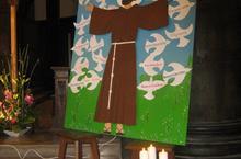 Les colombes entourent le patron de la paroisse