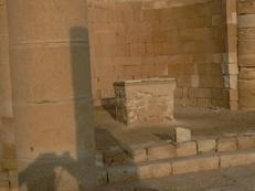 L'architecture montre que les prêtres célébraient, entourés des fidèles, sans leur tourner le dos.
