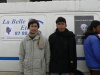 Deux réfugiés devant la camionette de la Belle Etoile