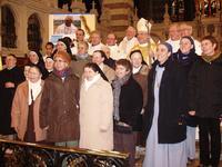 Le père évêque entouré des communautés religieuses