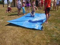 Jeux d'eau sur bâhce mouillée