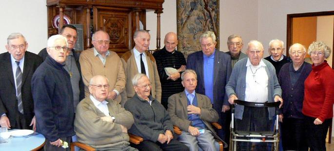 Les prêtres ainés autour de Mgr Leuliet